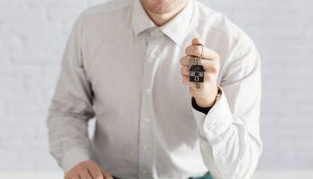 homem-segurando-chave