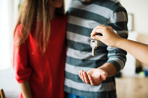 jovens-recebendo-uma-chave