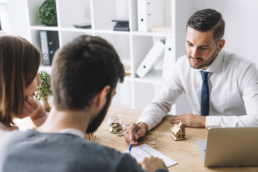 casal-em-consultoria-com-agente-imobiliario