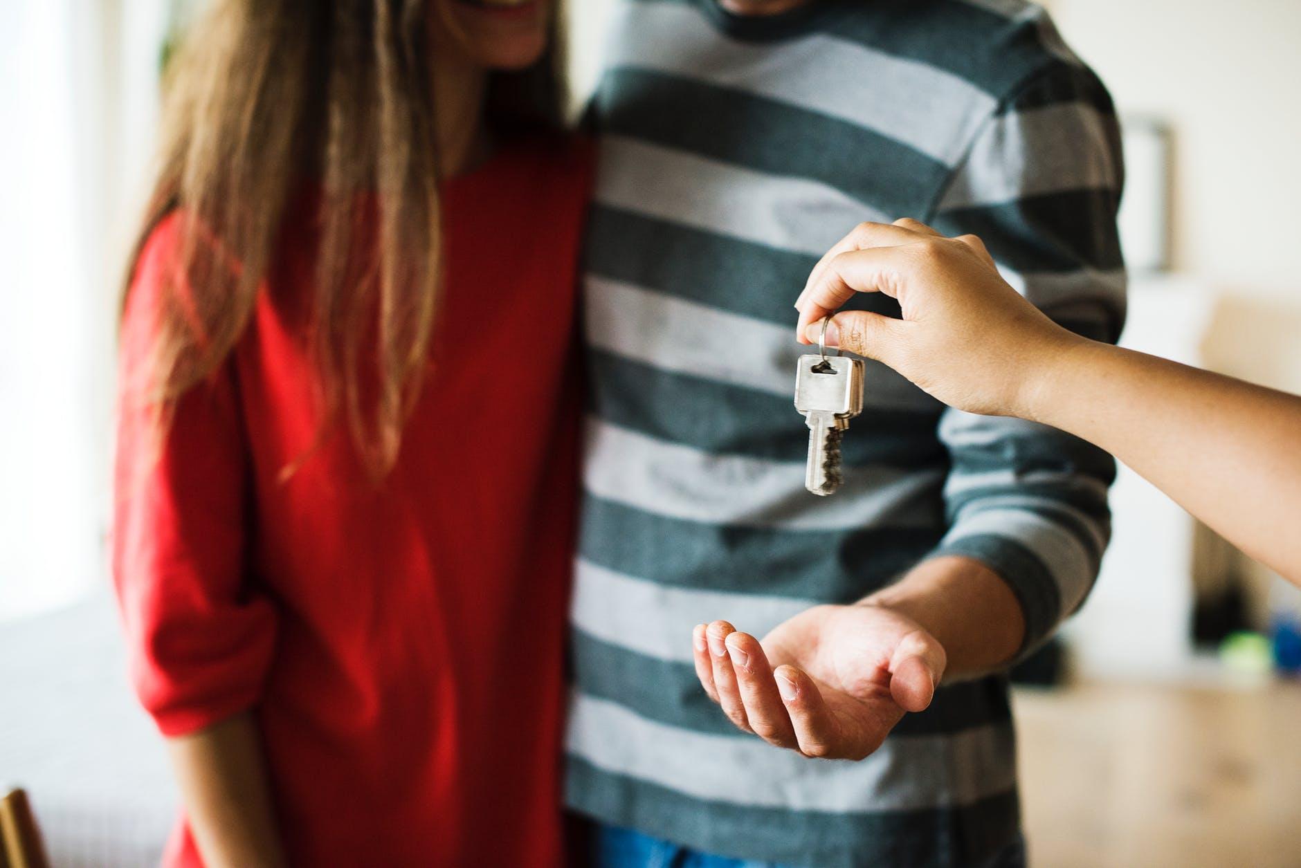 casal segurando chave