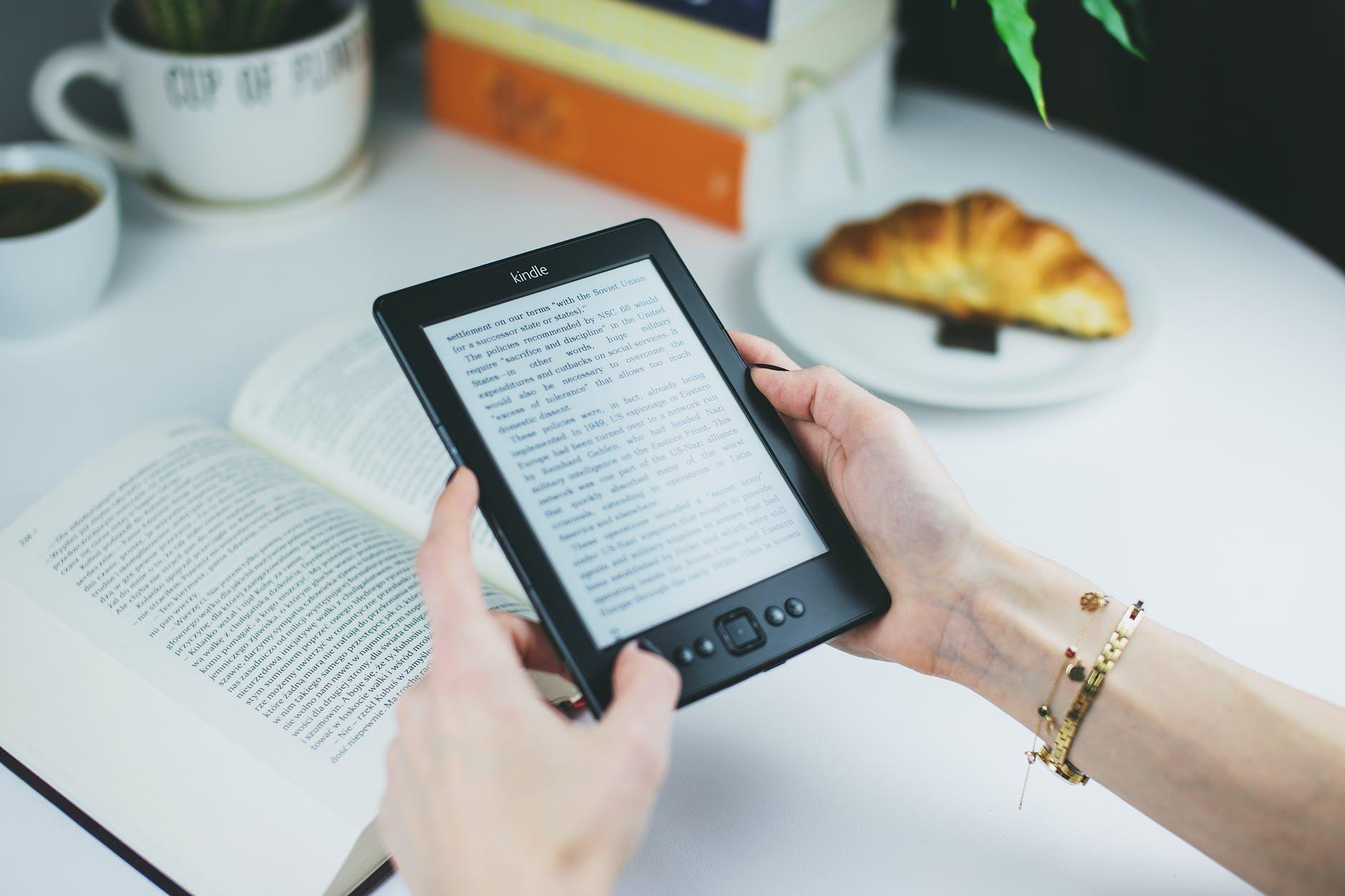 mãos femininas segurando tablet